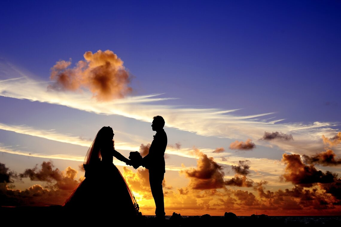 Brautpaar im Sonnenuntergang