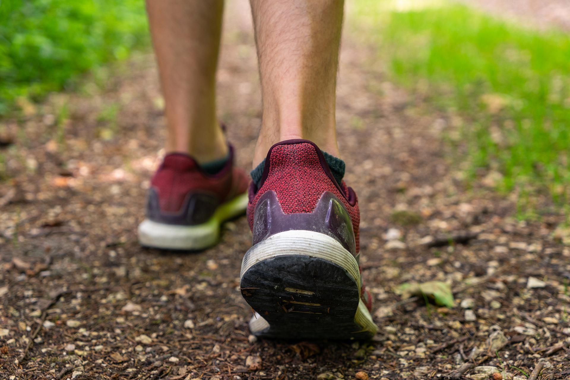 Füße in Sportschuhen