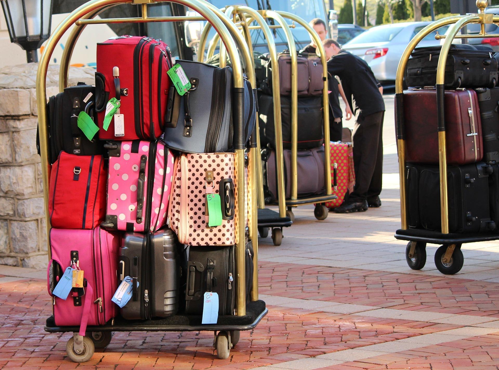 Gepäckwagen mit Koffern