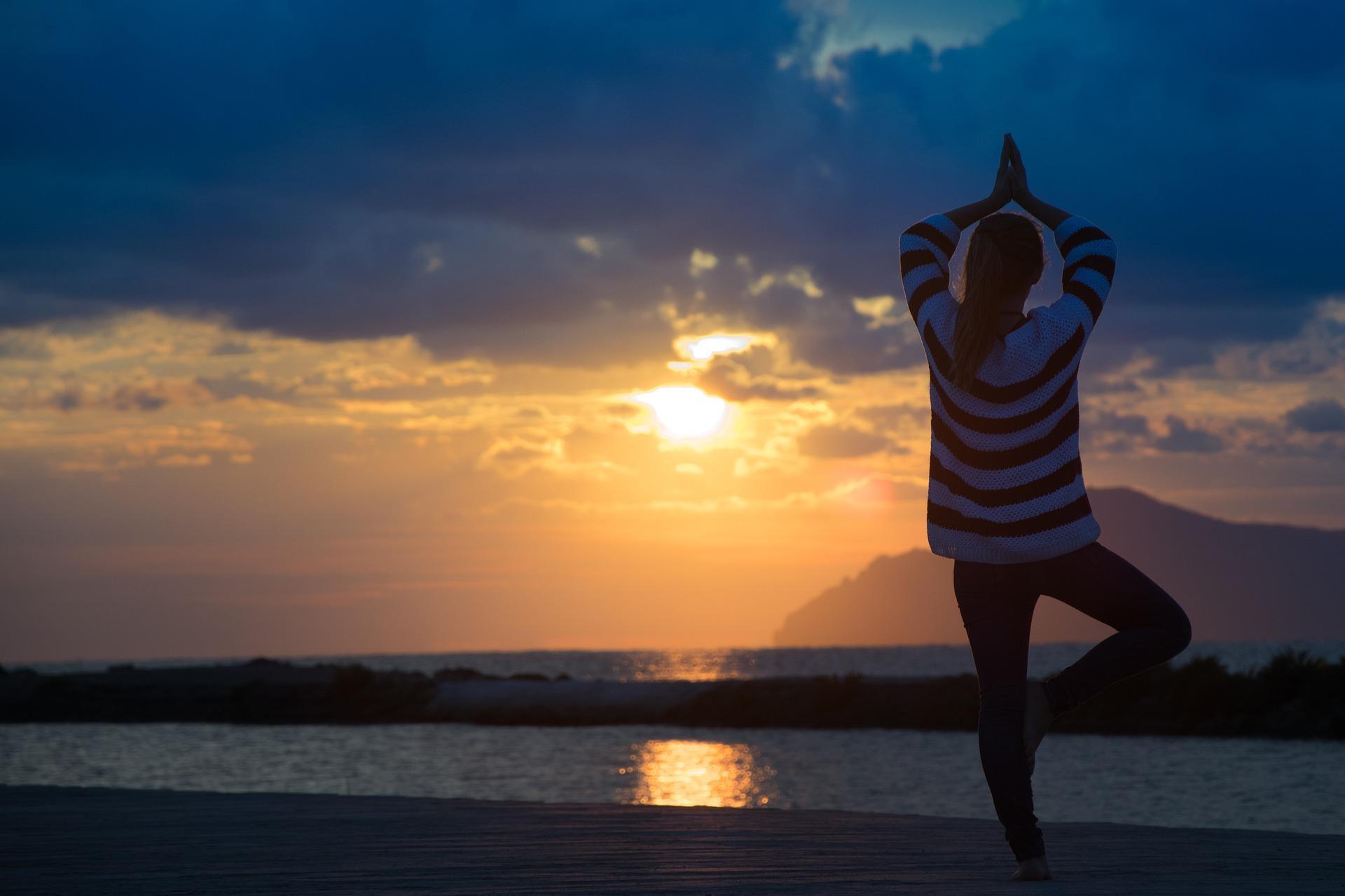 Yoga während des Sonnenuntergangs